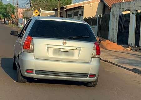 Fiat Pálio é flagrado com fita preta na placa e gera dúvida em leitor