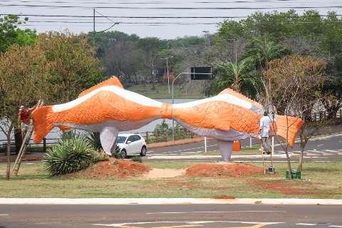 Artista reforma escultura feita por ele há 15 anos para enaltecer peixe
