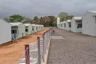 Do lado esquerdo, obras. Do lado direito, alojamentos já recebem 640 trabalhadores. (Foto: Marcos Maluf)