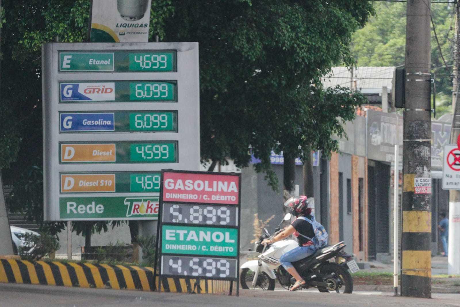Unidade da rede Trokar, na Avenida Bandeirantes, cobra de R$ 5,89 a R$ 6,09 pela gasolina. (Foto: Marcos Maluf)