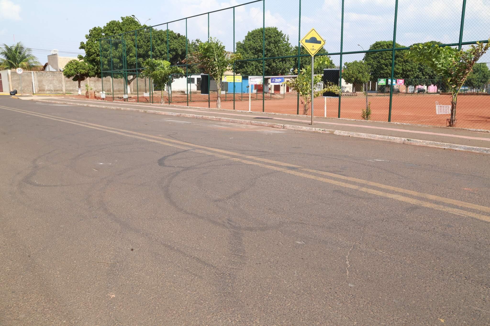 Manobras feitas por motos e carros deixaram marcas na Rua Rio Dourado. (Foto: Kísie Ainoã)