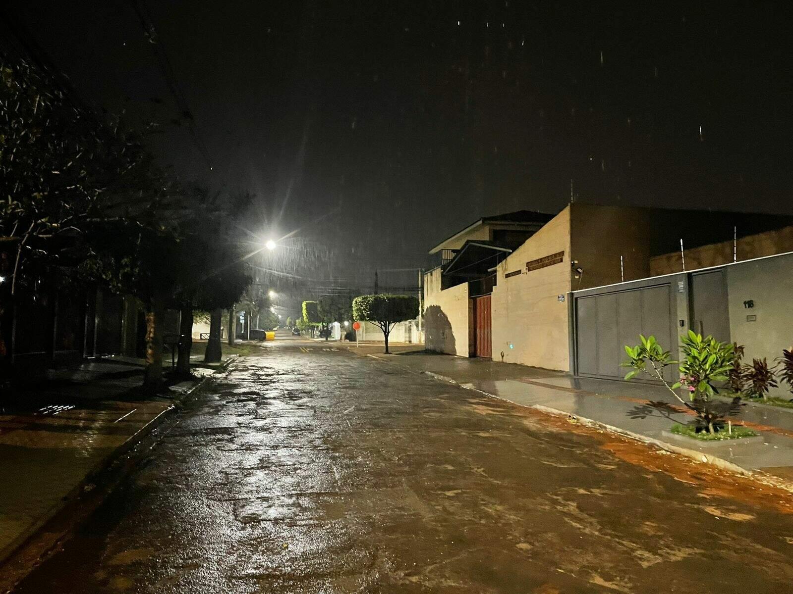 Garoa em rua do Jardim São Lourenço, em Campo Grande. (Foto: Direto das Ruas)
