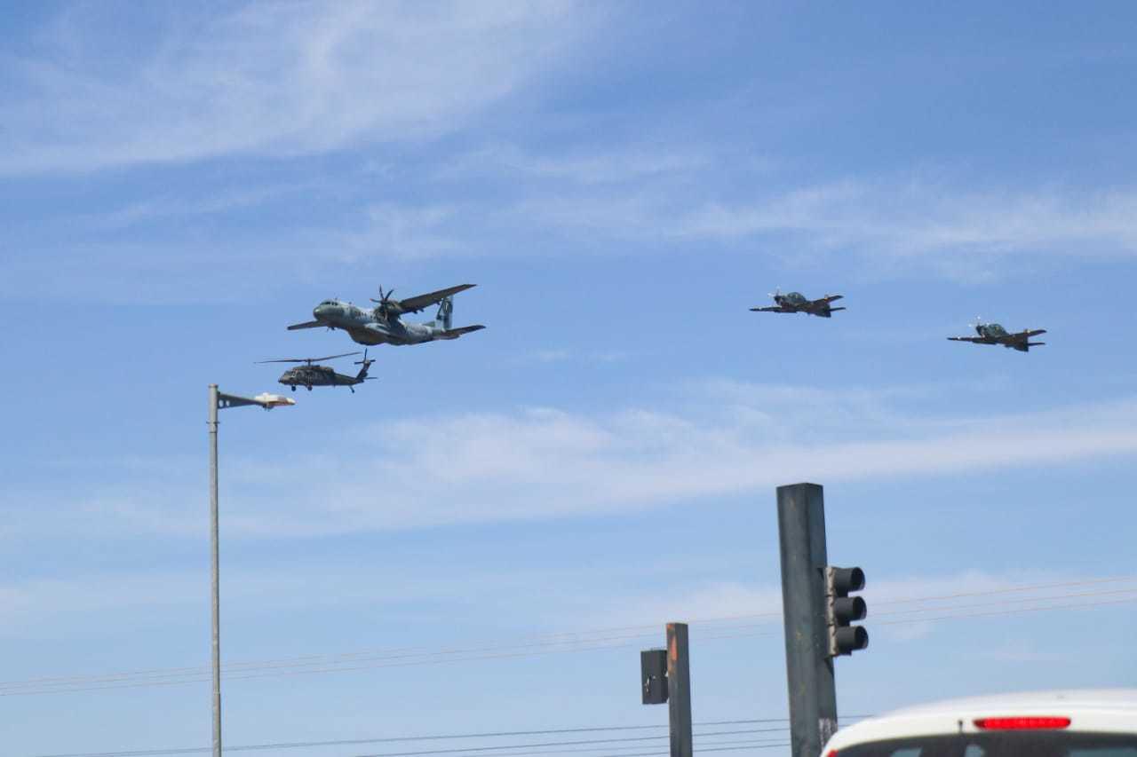 Nesta manhã, aviões da Força Aérea sobrevoaram a região do Aeroporto. (Foto: Henrique Kawaminami)