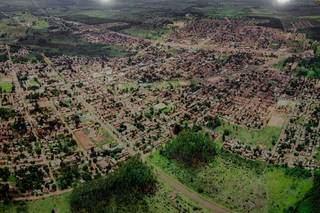 Foto aérea de Ribas do Rio Pardo, datada do ano de 2019 e exposta na prefeitura. (Foto: Marcos Maluf)