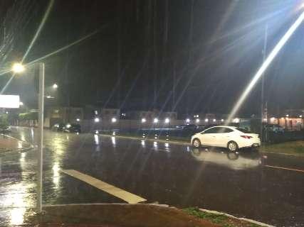 """Chuva passageira ameniza """"calorão"""" na noite de terça-feira, na Capital"""