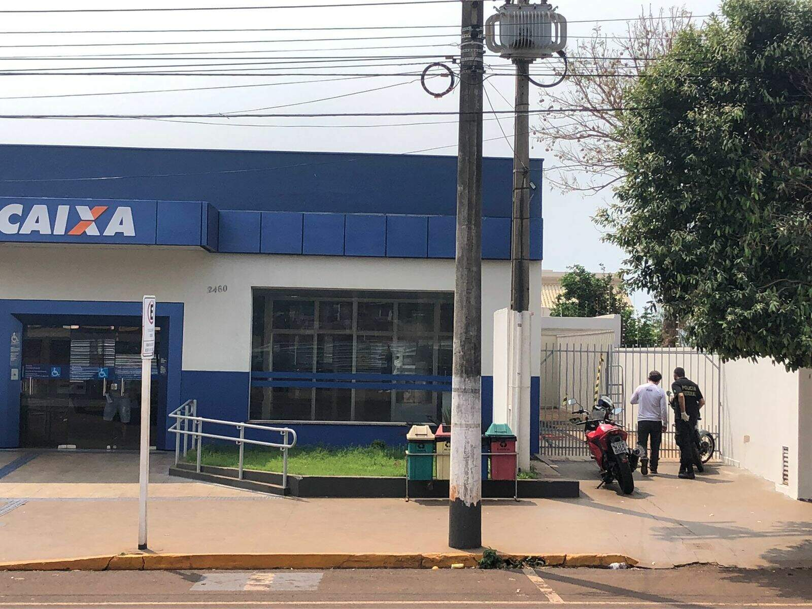 Bandidos entraram pelo teto da cozinha da agência bancária (Foto: TudoDoMS)