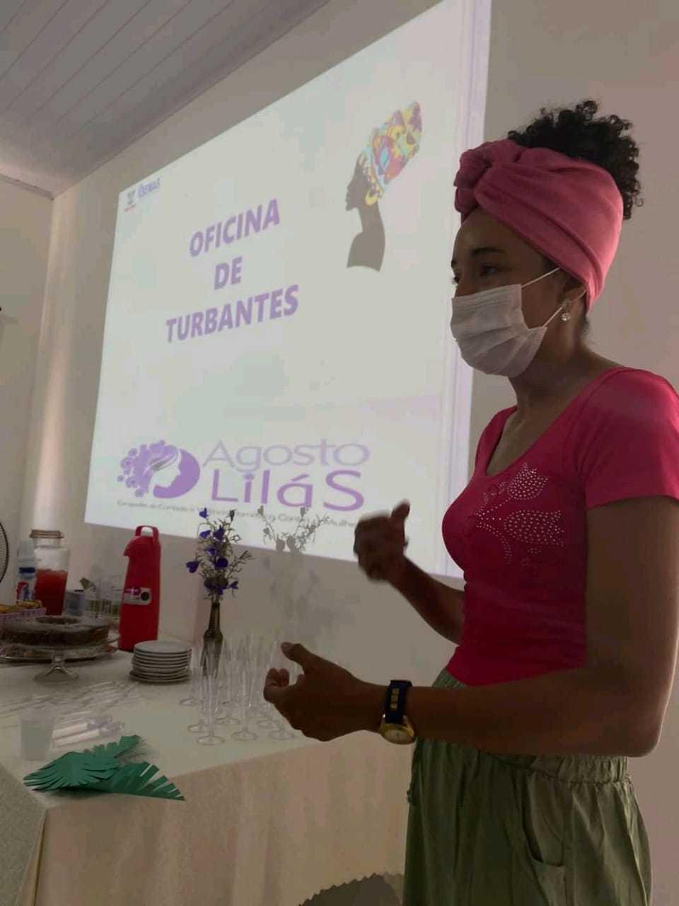 Jacqueline ministrando uma oficina sobre turbantes. (Foto: Arquivo Pessoal)