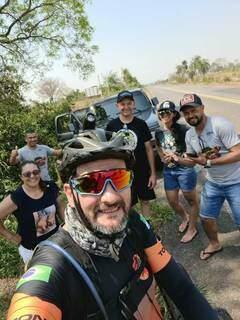 No trajeto até Bonito, Cláudio foi parado para tirar fotos com admiradores. (Foto: Arquivo Pessoal)