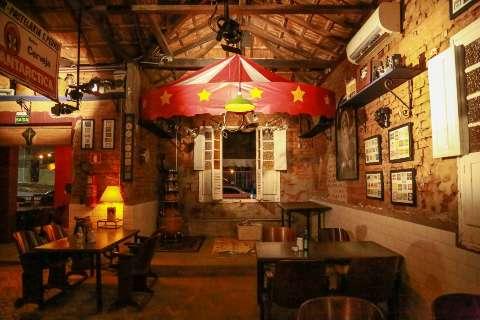 Casa antiga vira bar com comida italiana e muita decoração vintage
