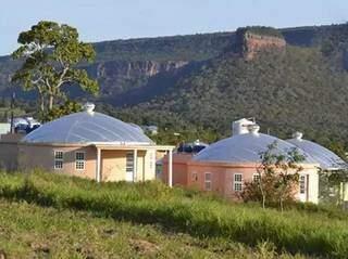Residências em Zigurats, vila em Corguinho, criada por entusiastas da vida extraterrestre. (Foto: Divulgação)
