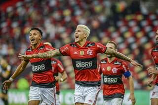 Comemoração dos jogadores diante da vitória desta noite. (Foto: Marcelo Cortes / CRF)