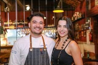 Guilherme e Maria administram juntos, novo boteco da cidade. (Foto: Kísie Ainoã)