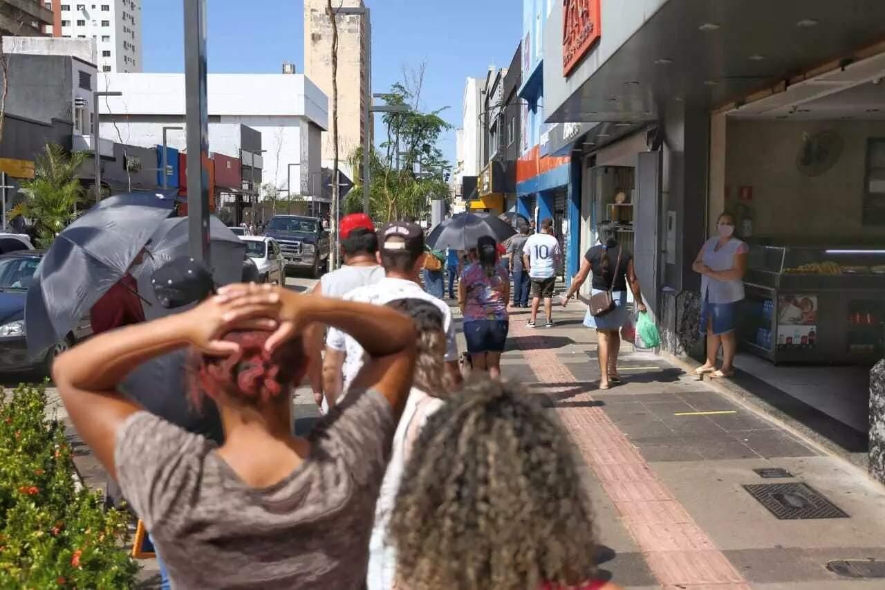 Clientes fazem fila, no Centro de Campo Grande, para entrar em loja. (Foto: Paulo Francis/Arquivo)