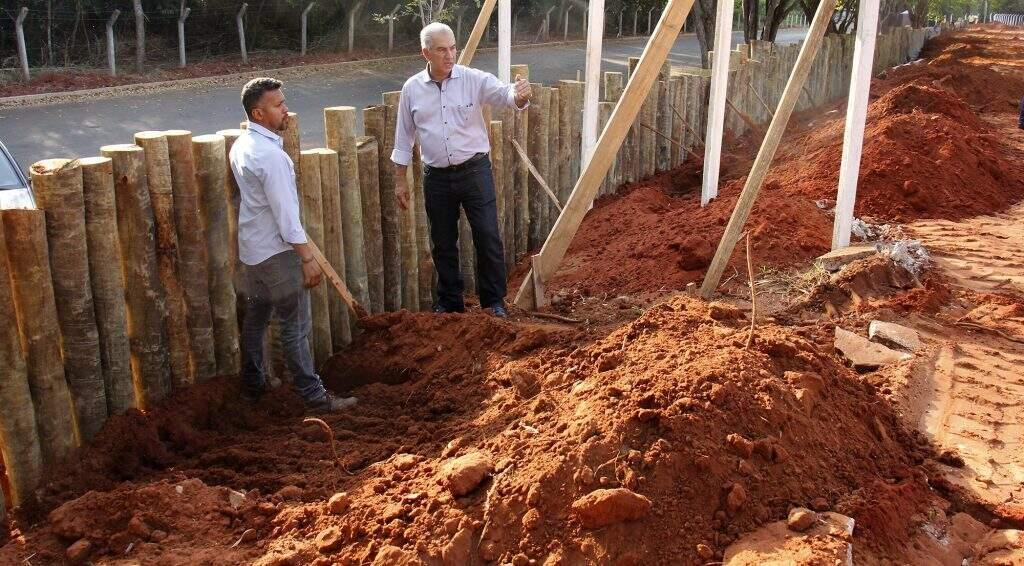 Governador Reinaldo Azambuja, à direita, conversa sobre obras no Parque dos Poderes. (Foto: Chico Ribeiro/Segov)