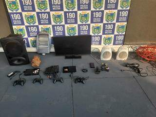 Eletrônicos recebidos como pagamento das drogas fornecidas pelo suspeito. (Foto: Divulgação)