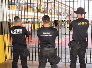 Agentes na penitenciária de Dourados, maior presídio de MS com 2.700 internos. (Foto: Arquivo)