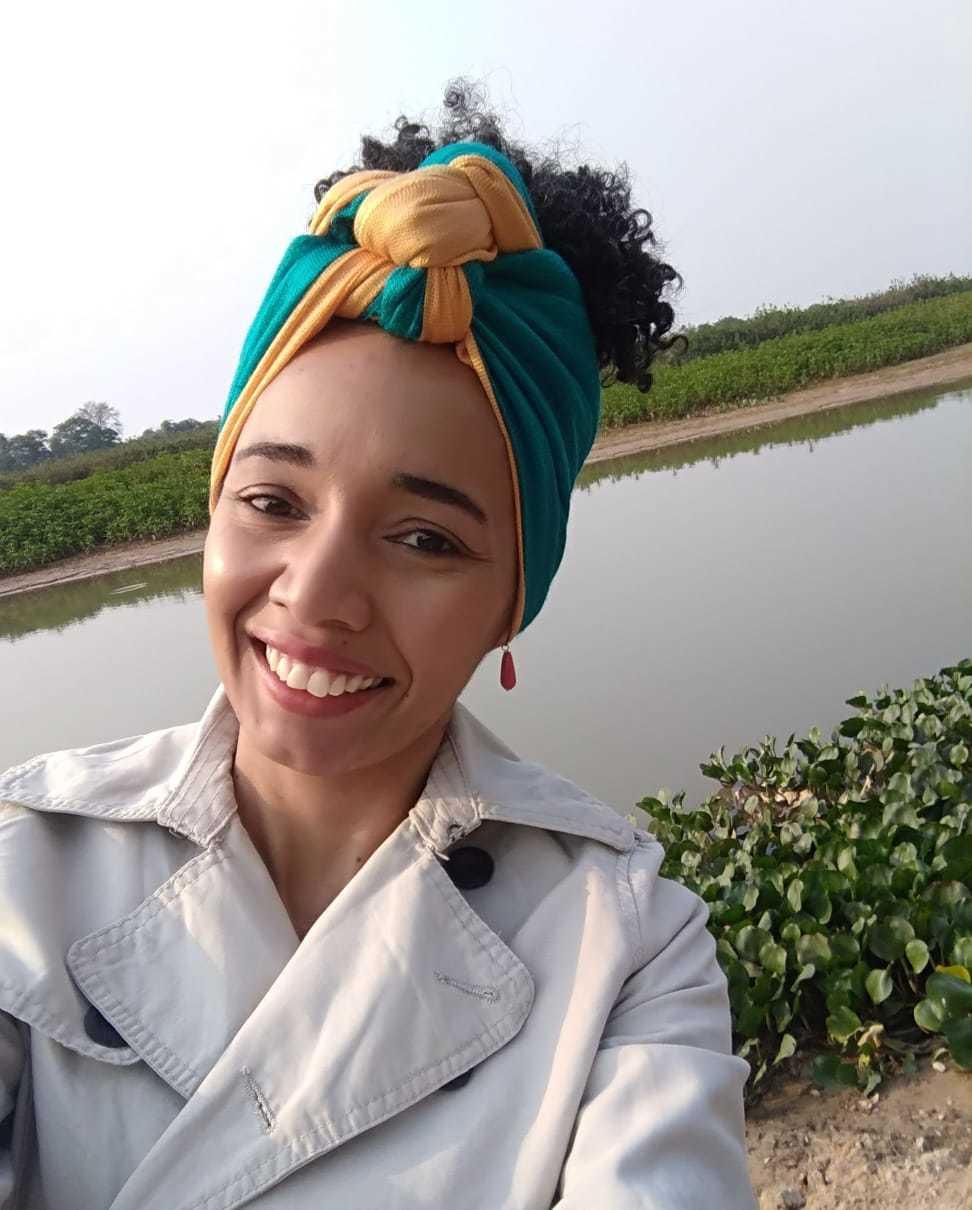 Jaqueline exibindo seu turbante, parte de sua identidade como mulher negra. (Foto: Arquivo Pessoal)