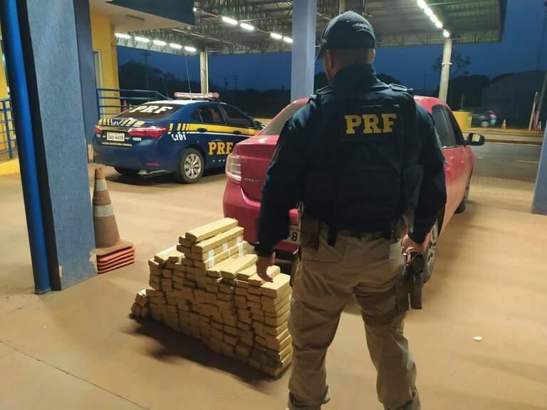 Drogas e veículo apreendidos durante a fiscalização. (Foto: Divulgação/PRF)