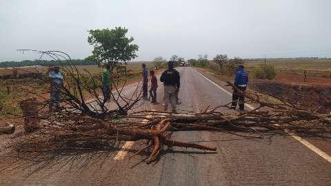 Índios fecham principal acesso à fronteira com Paraguai