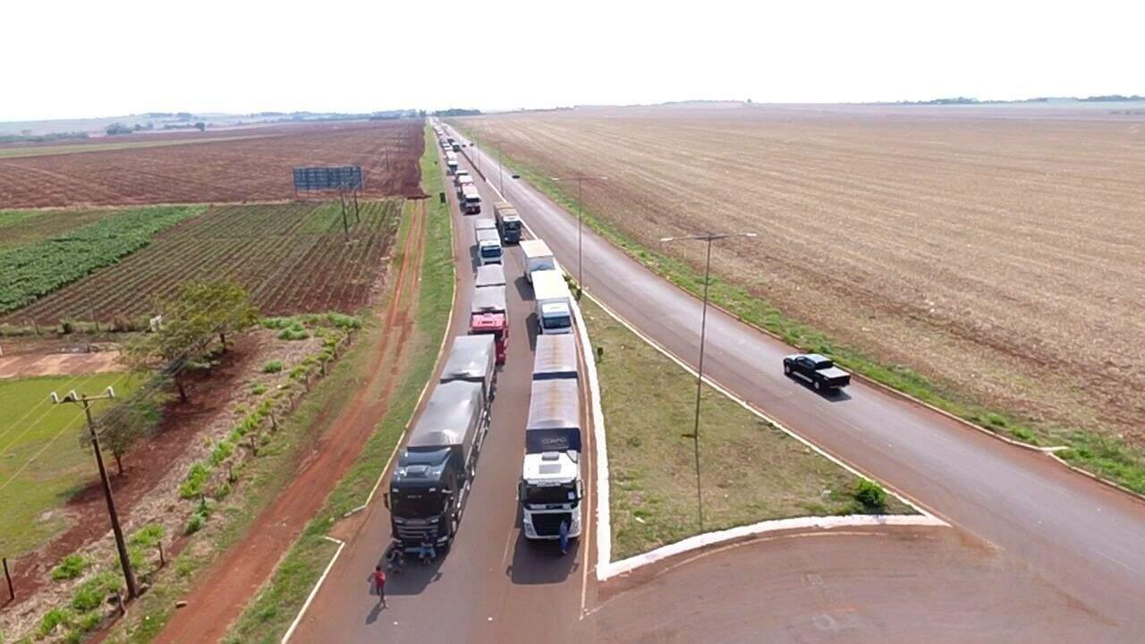 Fila de caminhões na BR-463, entre Dourados e Itaporã (Foto: Rafael Campos)