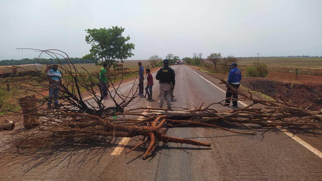 Com troncos e galhos, índios bloqueiam a BR-463, entre Dourados e Ponta Porã (Foto: Divulgação)