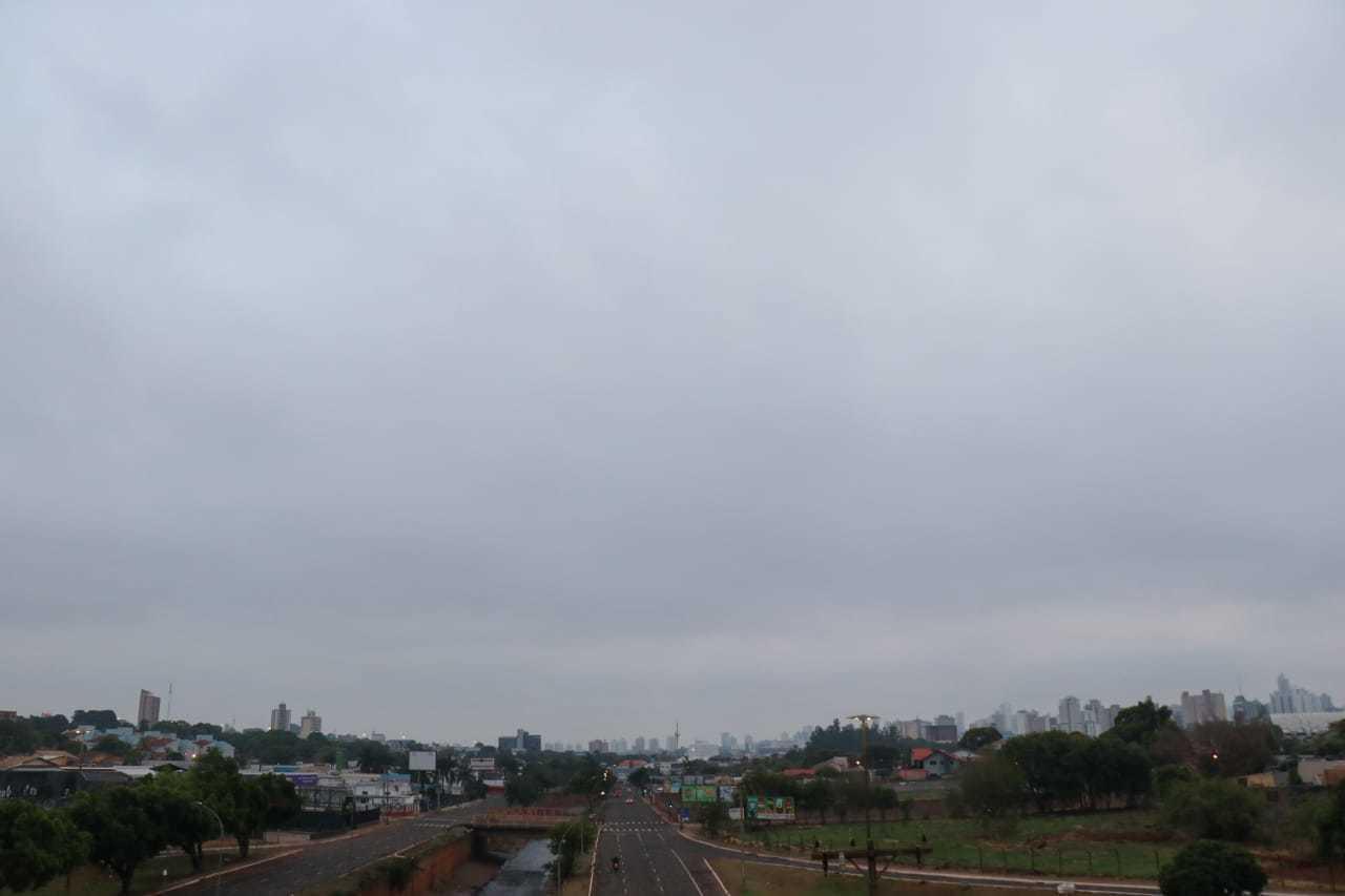 Céu encoberto na manhã desta quarta-feira, em Campo Grande. (Foto: Henrique Kawaminami)