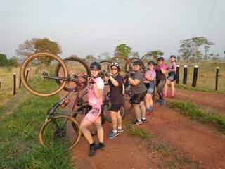 O grupo Pedal Delas, de Jardim, é formado por mulheres que não dispensam uma parada para fotografia. (Foto: Arquivo Pessoal)