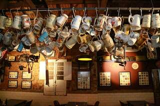 A coleção de canecas também virou decoração. (Foto: Kísie Ainoã)