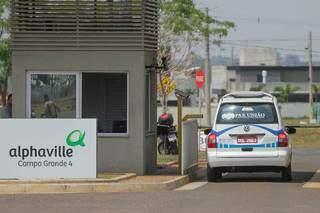 Funerária da capital entrando no condomínio para recolher o corpo (Foto: Marcos Maluf)