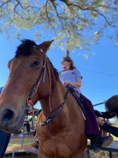 Praticante em cima do cavalo durante uma das atividades. (Foto: Arquivo/Montana Academia Equestre)