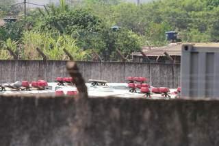 Por cima do muro é possível ver diversas viaturas estacionadas em pátio (Foto: Marcos Maluf)