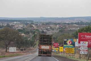 Carregado com eucalipto, treminhão chega à Água Clara pela BR-262. (Foto: Marcos Maluf)
