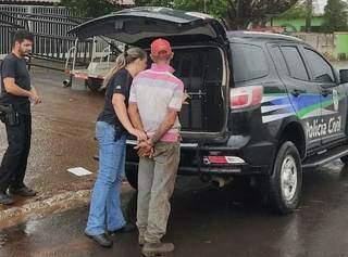 Suspeito sendo colocado na viatura da Polícia Civil. (Foto: Divulgação Polícia Civil)
