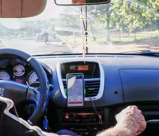 Motorista de aplicativo durante percurso em rua de Campo Grande. (Foto: Arquivo)