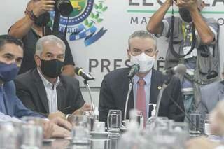 Governador Reinaldo Azambuja (PSDB) entregou projeto na terça-feira (14) e explicou cada proposta aos deputados, em reunião na Assembleia Legislativa. (Foto: Marcos Maluf)