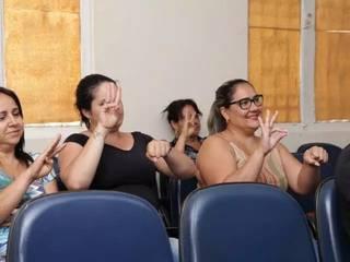 Alunas de Libras em aula no CAS (Centro de Capacitação de Profissionais da Educação e de Atendimento às Pessoas com Surdez). (Foto: Kísie Ainoã/Arquivo)