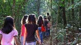 Estudantes em uma das trilhas do Parque Estadual do Prosa, quando espaço estava aberto à visitação, antes da pandemia. (Foto: Edemir Rodrigues/Governo de MS)
