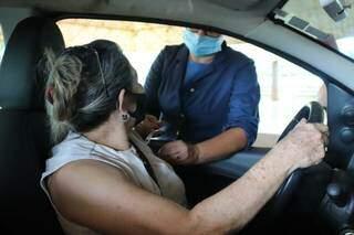 Douradense é vacinada no drive-thru, que vai funcionar por 24 seguidas. (Foto: Divulgação)