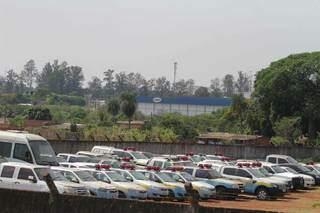 Dezenas de carros, sendo a maioria viaturas, abandonados em pátio da Academia de Polícia Militar (Foto: Marcos Maluf)