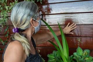 Dona Glória contando como cuida da madeira. (Foto: Suzana Serviam)