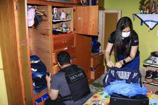 Agentes da Senad na casa de Walter Duarte, um dos presos pela Senad. (Foto: Direto das Ruas)