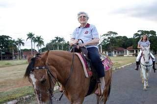 Uma das praticantes montando um cavalo. (Foto: Arquivo/Montana Academia Equestre)