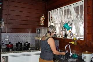 Cozinha pequena, mas cheia de charme e organizada. (Foto: Suzana Serviam)