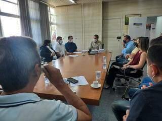 Prefeito e representantes do setor do comércio e evento em reunião na prefeitura. (Foto: Caroline Maldonado)