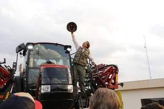 Em pulverizadora de R$ 1,7 milhão, ministro levanta chapéu ao céu hoje, em Dourados. (Foto: Helio de Freitas)