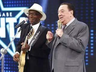 Zé Pretim ao lado do apresentador Raul Gil durante apresentação no programa de auditório. (Foto: Reprodução/Facebook)