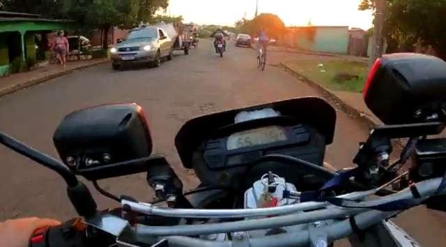 Traficante é perseguido por guardas e quase atropela pedestres