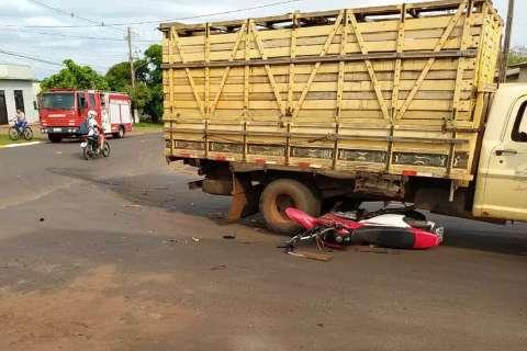 Jovem fica gravemente ferido ao ser atropelado por caminhonete