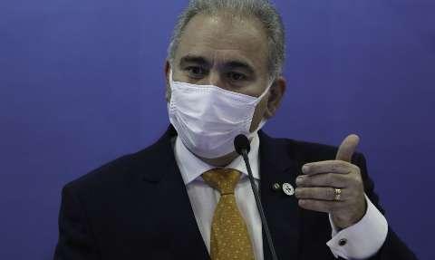 Ministro cita eventos adversos para pedir suspensão de vacina a adolescentes