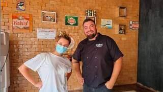 Bruna Linzmeyer com um dos donos do restaurante em Piraputanga, Aquidauana. (Foto: Reprodução Redes Sociais)